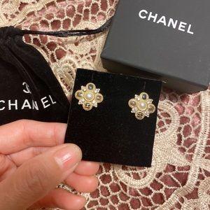 Chanel pearls earring